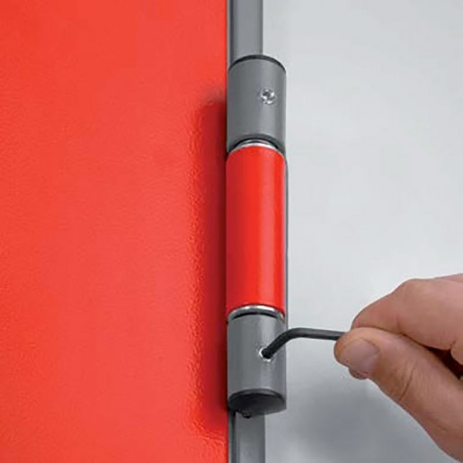 Hinge détail on the insulated multipurpose door